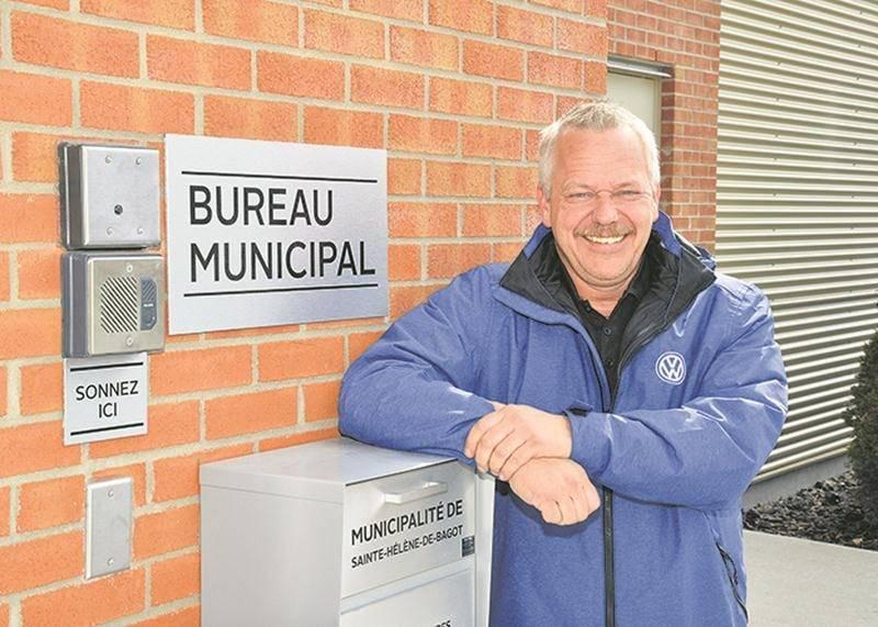 Le maire de Saint-Hélène-de-Bagot, Stéphan Hébert, devant le bureau municipal maintenant  installé à l'étage du centre communautaire. Photo François Larivière   Le Courrier