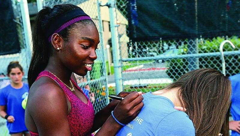 L'athlète de 17 ans s'est montrée généreuse en signant divers items que des fans lui présentaient. Photo Robert Gosselin | Le Courrier ©