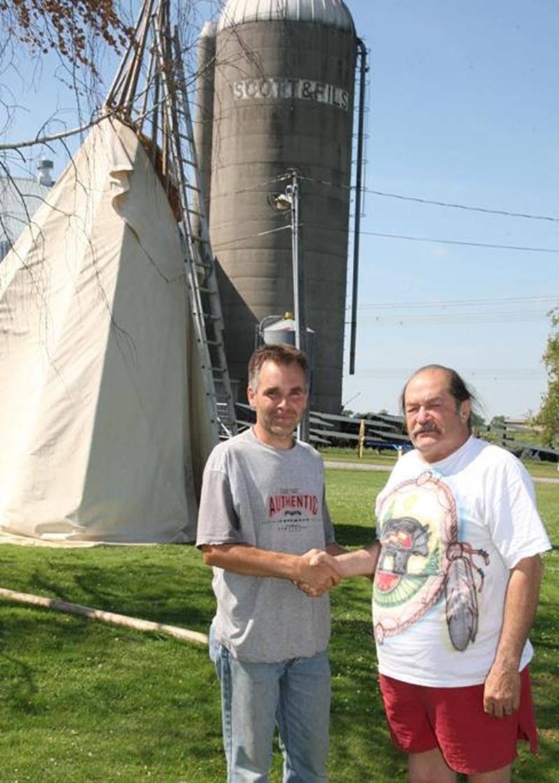 Martin Scott, agriculteur à Sainte-Rosalie, en compagnie de Guy Frigon, Grand Chef de la Confédération des peuples autochtones du Canada.