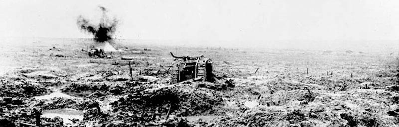 Char d'assaut dans une zone ayant été très bombardée. Bataille de Passchendaele. Photo: Bibliothèque et Archives Canada / PA-002195