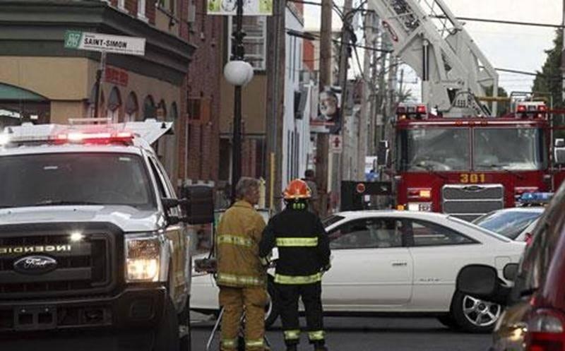 Deux logements ont été touchés par un incendie dans un immeuble situé sur la rue Saint-Antoine. Le feu a été rapidement maîtrisé par les pompiers.