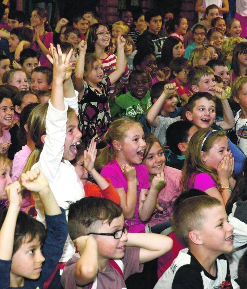 Les élèves de l'école Douville ont crié de joie après avoir appris qu'ils passeront une fin de semaine remplie d'activités à Montréal pour récompenser leur performance au défi des cubes énergie.  Photo François Larivière | Le Courrier ©