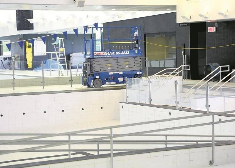 La Ville de Saint-Hyacinthe effectue actuellement des travaux correctifs au Centre aquatique Desjardins pour répondre aux exigences de la Régie du bâtiment du Québec. Sur la photo, on constate qu'une main-courante a été retirée de l'une des parois du bassin récréatif. Photo Robert Gosselin | Le Courrier ©