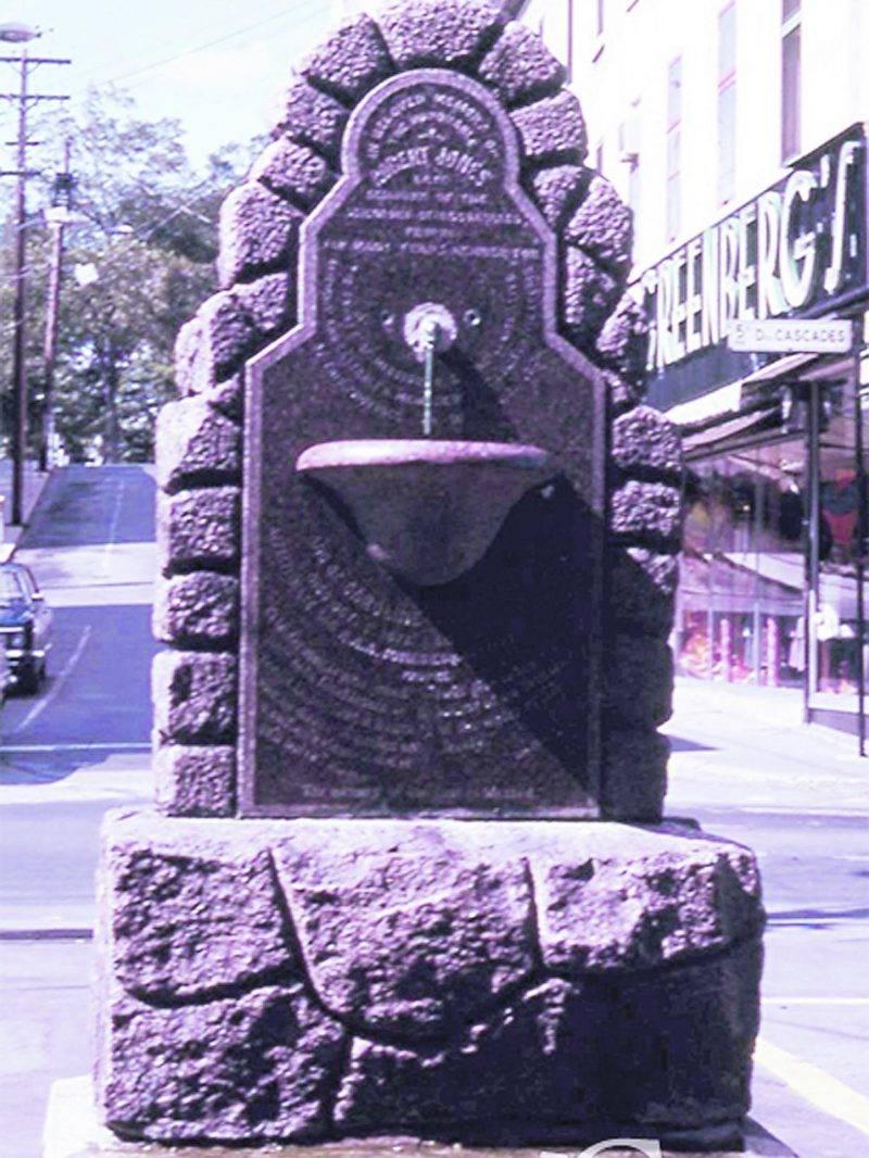 Bien que sa taille ne soit pas très imposante, il demeure que cette fontaine rappelle le passé et fait partie du patrimoine de la Ville.