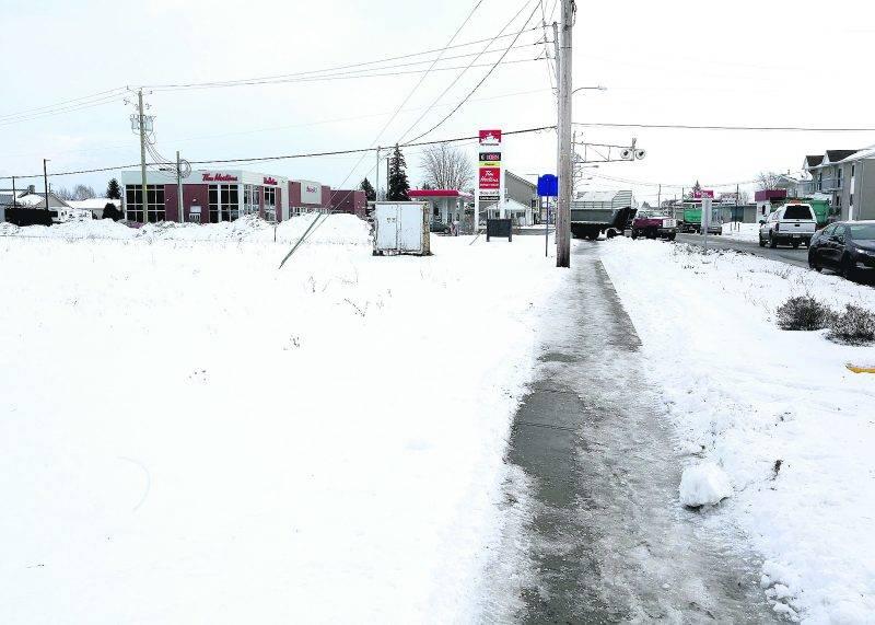 Une nouvelle pharmacie Jean Coutu verra le jour sur ce terrain vague de l'avenue Saint-Louis. Photo Robert Gosselin | Le Courrier ©