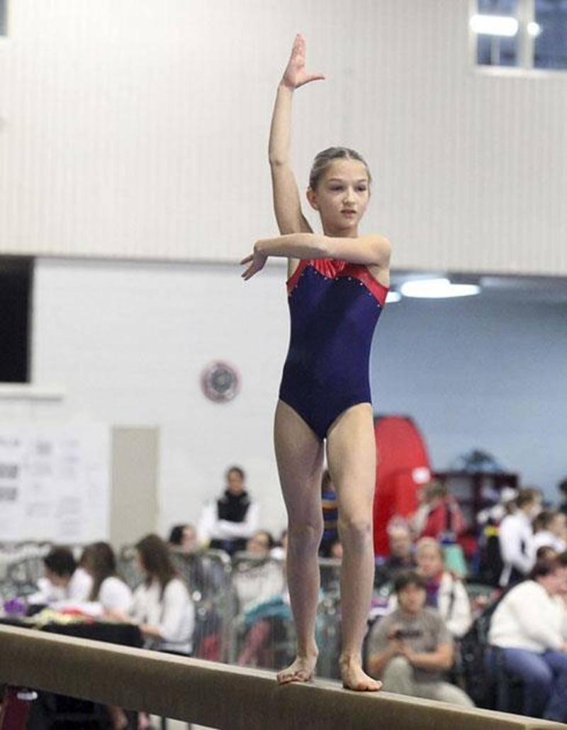 En action sur la poutre, Gaëlle Picard, médaillée d'or à la compétition du circuit régional de gymnastique tenue au Pavillon des Pionniers à Saint-Hyacinthe.