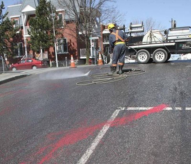 Le centre-ville de Saint-Hyacinthe s'est réveillé couvert de rouge, le 13 avril.