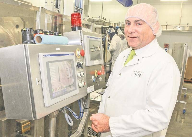 Stéphane Carrier, président de Natur+L XTD, à côté de l'équipement permettant de prolonger la date de péremption d'aliments frais.  Photo François Larivière | Le Courrier ©