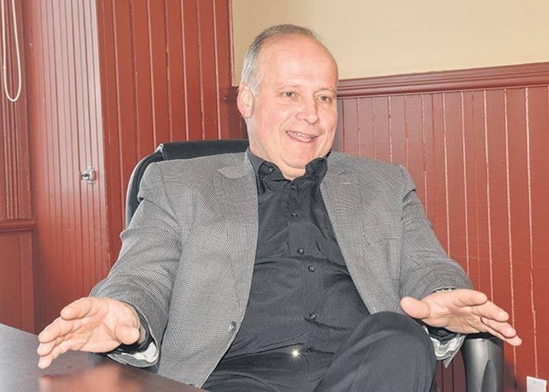 Simon Giard, nouveau maire de Saint-Simon, dans la salle du conseil.