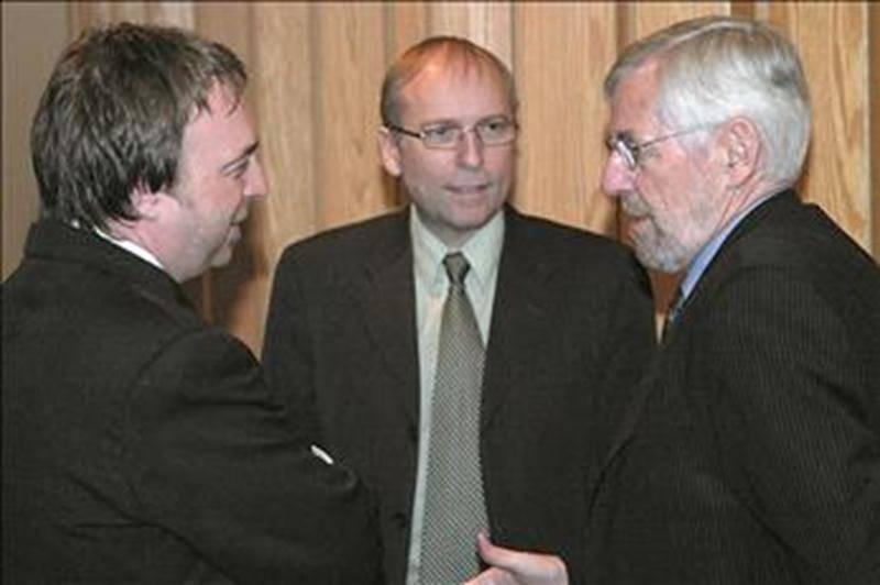Le maire Claude Bernier en discussion avec Michel Veilleux et Claude Dorval, représentants de l'AMT, en février 2009. Photothèque   Le Courrier ©