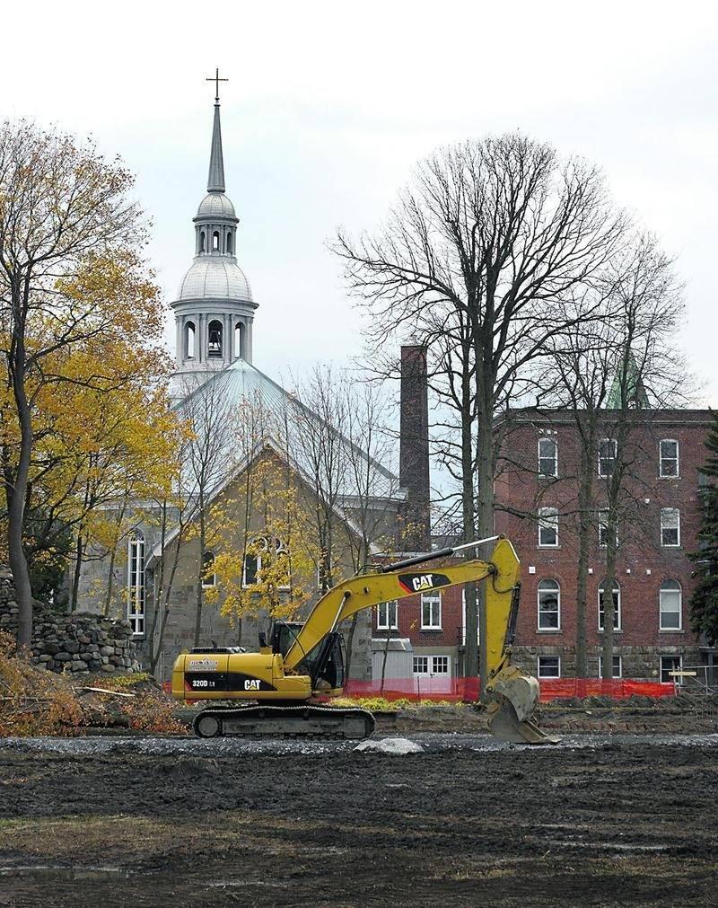 Un immeuble résidentiel de 36 logements est actuellement en construction à l'arrière de l'ancien couvent des Pères Dominicains et de l'église Notre-Dame-du-Rosaire.    Photo François Larivière   Le Courrier ©