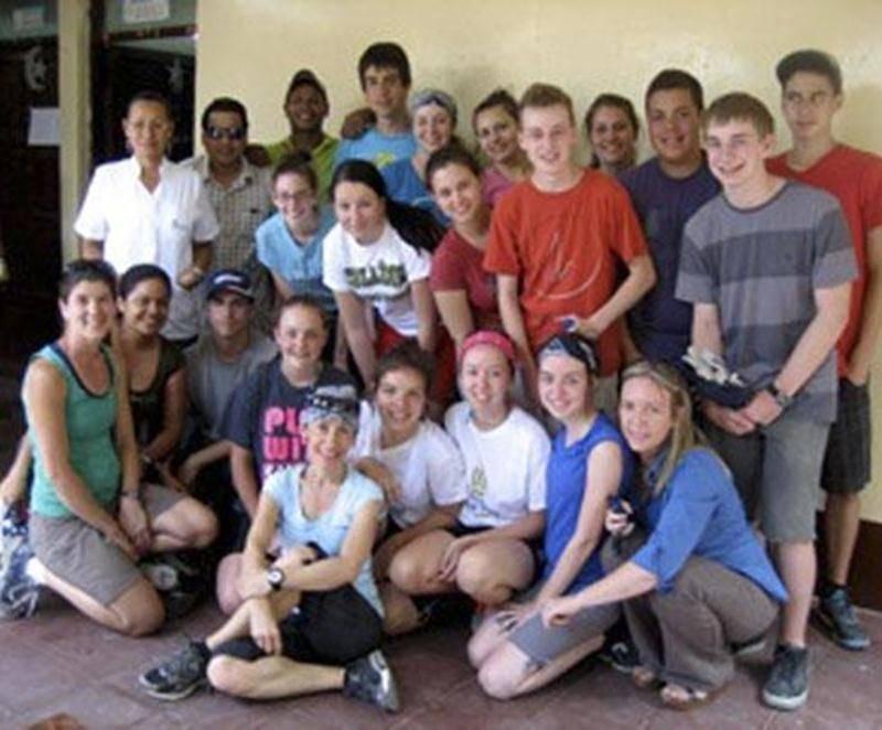 Seize élèves du Collège Antoine-Girouard, accompagnés de deux enseignantes, ont participé en mars, à un voyage d'aide humanitaire au Nicaragua d'une durée de 12 jours. Après plus d'une année de préparation, de formation et d'activités de financement, le groupe s'est dirigé vers la ville de Granada pour y séjourner dans des familles. Les jeunes ont pu y vivre pleinement leur expérience d'immersion dans cette nouvelle culture. Durant leur séjour, les participants sont venus en aide à la communauté