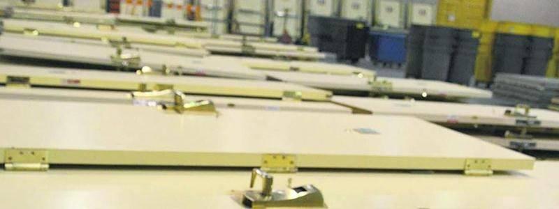 Toutes les portes des chambres équipées d'un lecteur de carte magnétique avaient été démontées pour être vendues en lot.