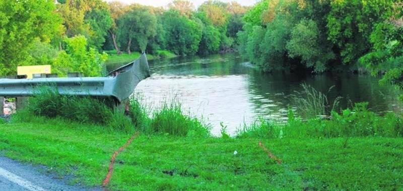 On ne sait toujours pas de quelle façon la voiture s'est retrouvée dans la rivière. Photo Bruno Beauregard