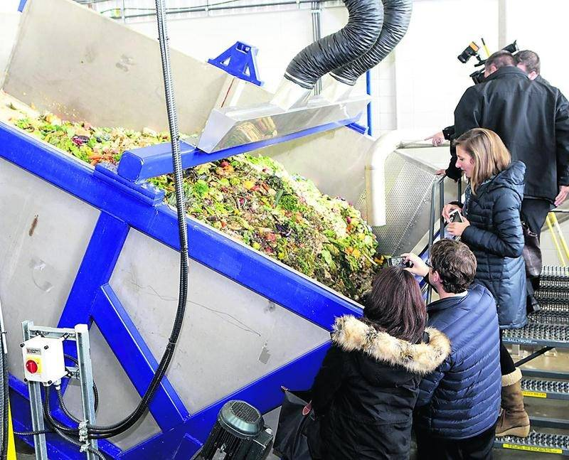 Les visiteurs ont examiné avec intérêt les installations de biométhanisation de la Ville de Saint-Hyacinthe. Photo Robert Gosselin | Le Courrier ©