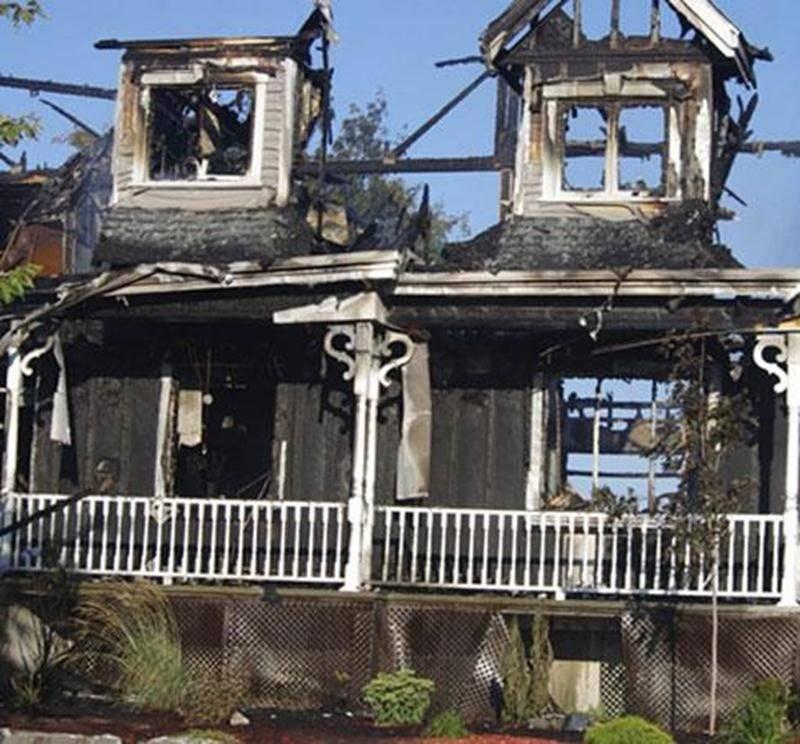 Un violent incendie a ravagé une maison du rang de l'Église sud à Saint-Marcel-de-Richelieu en fin d'après-midi dimanche. Une trentaine de pompiers de Saint-Marcel, Louis-Aimé-Massue et Saint-Guillaume ont été appelés à intervenir. Il aura fallu plus de trois heures afin d'éteindre complètement le feu et les petits foyers restant après la maîtrise de l'incendie. Une famille de quatre personnes se retrouve à la rue et a été prise en charge par la Croix-Rouge. Ils n'étaient pas sur les lieux lorsq