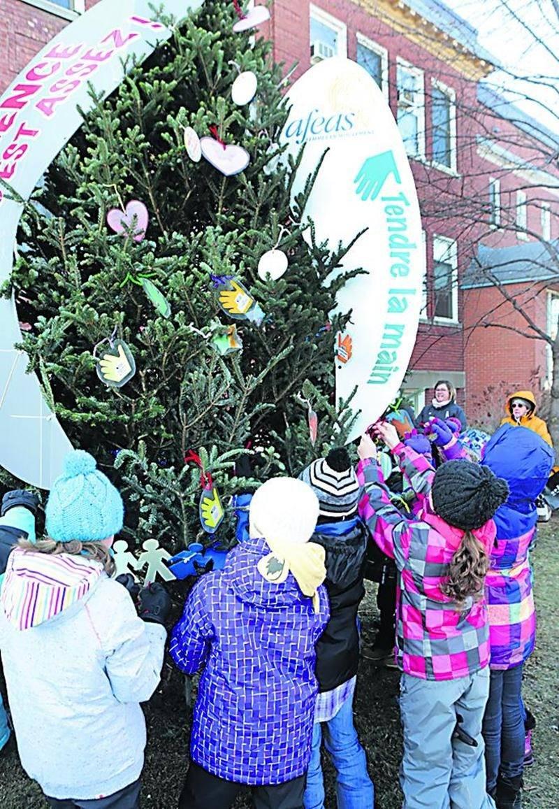 Les élèves de l'école Bois-Joli — Sacré-Coeur ont fièrement procédé à la décoration d'un arbre de la paix, le 2 décembre, devant les locaux de la commission scolaire de Saint-Hyacinthe. Photo Robert Gosselin   Le Courrier ©