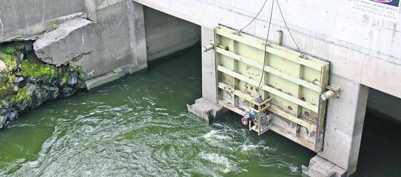 Des remous d'eau suspects considérant que selon la Ville la centrale devrait être à l'arrêt ont été observés dans le canal de fuite de la centrale le 28 juillet. Photo Rémi Léonard | Le Courrier ©