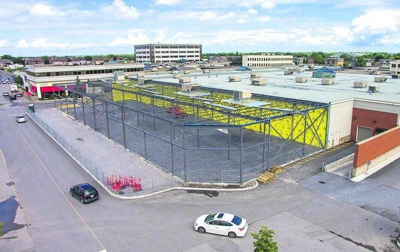 Vue aérienne de la partie démantelée des Galeries St-Hyacinthe où sera construit le futur centre de congrès municipal attenant au centre commercial. Photo François Larivière | Le Courrier ©