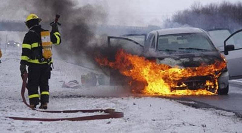 Une automobile s'est enflammée samedi matin, peu avant 8 h, sur l'autoroute 20 à la hauteur de Sainte-Madeleine. L'incendie a débuté dans le bloc moteur. La cause exacte n'a pas été déterminée, mais il ne s'agirait pas d'un problème d'origine électrique, selon Étienne Chassé, directeur du Service de sécurité incendie de Sainte-Madeleine. La conductrice, qui venait tout juste de gagner l'autoroute, s'est immobilisée lorsque de la fumée est entrée dans l'habitacle. Les pompiers de Sainte-Madeleine