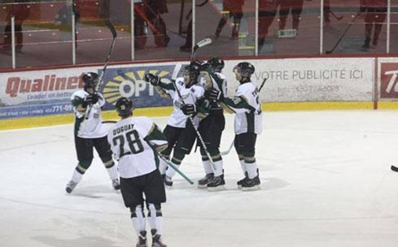 Les joueurs des Lauréats célèbrent le premier but de la partie contre les Cougars, celui de Kevin Bergeron.