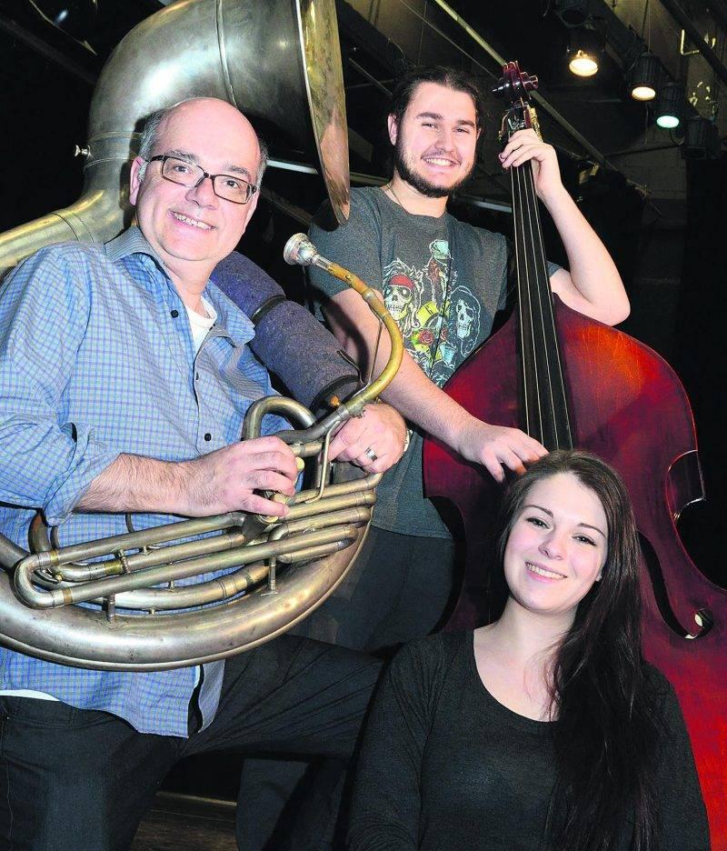 Bruno Laplante, directeur musical du volet Jazz Pop et du Jazz band PHD, accompagné de Marilou Bourbonnière, chanteuse, et Jérôme Caya à la contrebasse. Photo François Larivière | Le Courrier ©