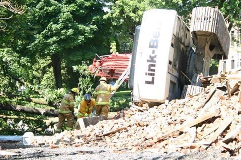 La démolition de la Maison Dessaulles a été plus complexe que prévu. Le renversement de la pelle mécanique a entraîné une série d'incidents.
