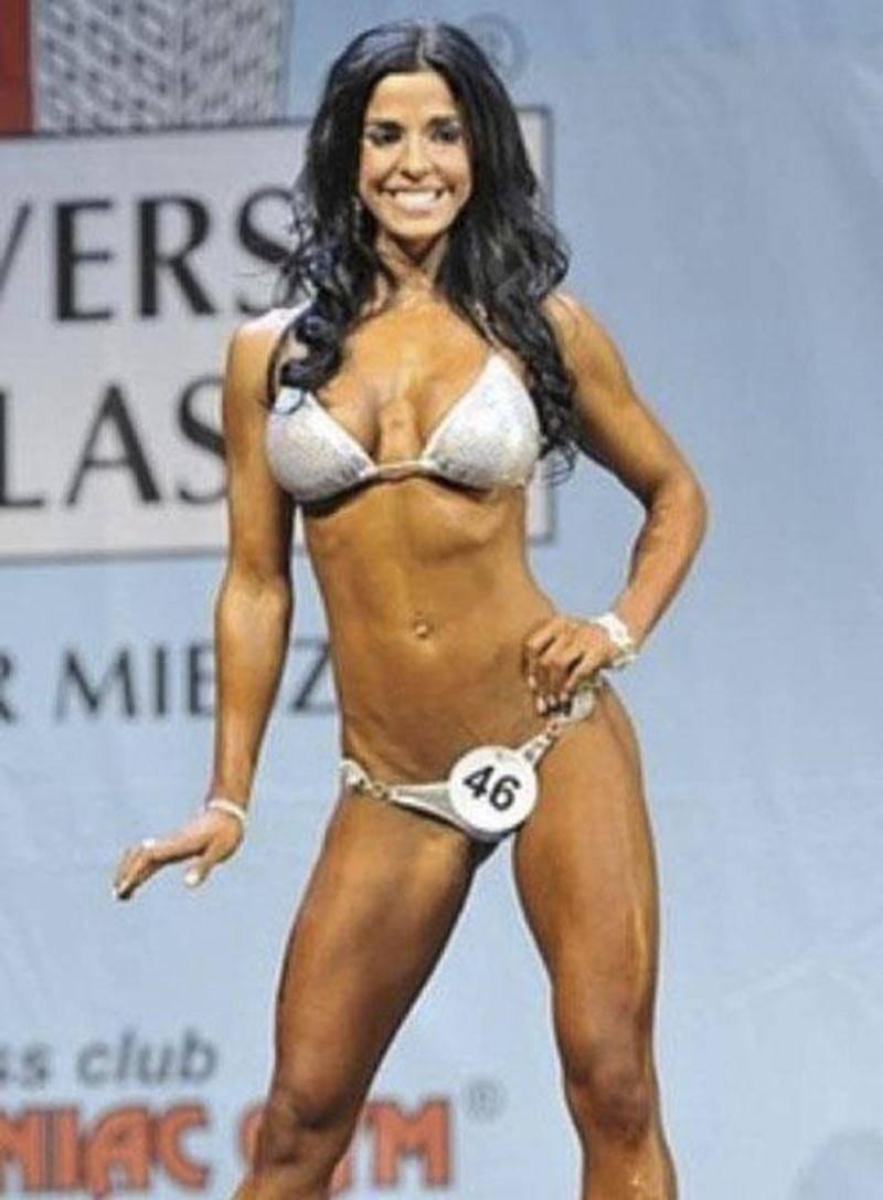 Cynthia Benoit sur la scène lors de la compétition de bikini fitness au Championnat du monde en Pologne.