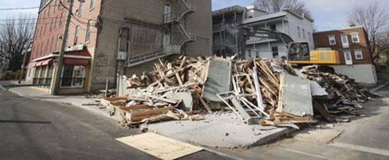Incendié en février dernier, l'immeuble à logements abritant le terminus d'autobus régional de Saint-Hyacinthe a été rasé au cours des derniers jours. Le terrain situé à l'angle des rues Calixa-Lavallée et Duclos au centre-ville sera vraisemblablement réaménagé en espace de stationnement.