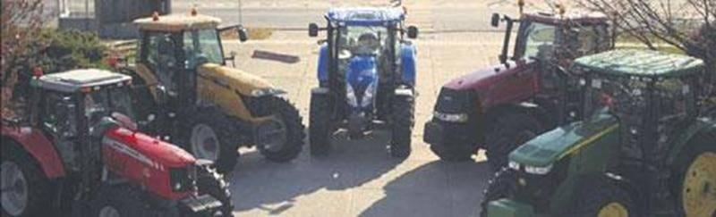 Dans le cadre du cours « Réaliser des activités de formation et d'information », les étudiants et les enseignants du programme Technologie du génie agromécanique (TGA) ont donné aux conseillers de la région ainsi qu'aux représentants de différentes compagnies de machinerie agricole l'occasion de découvrir et de comparer les tracteurs de la concurrence.