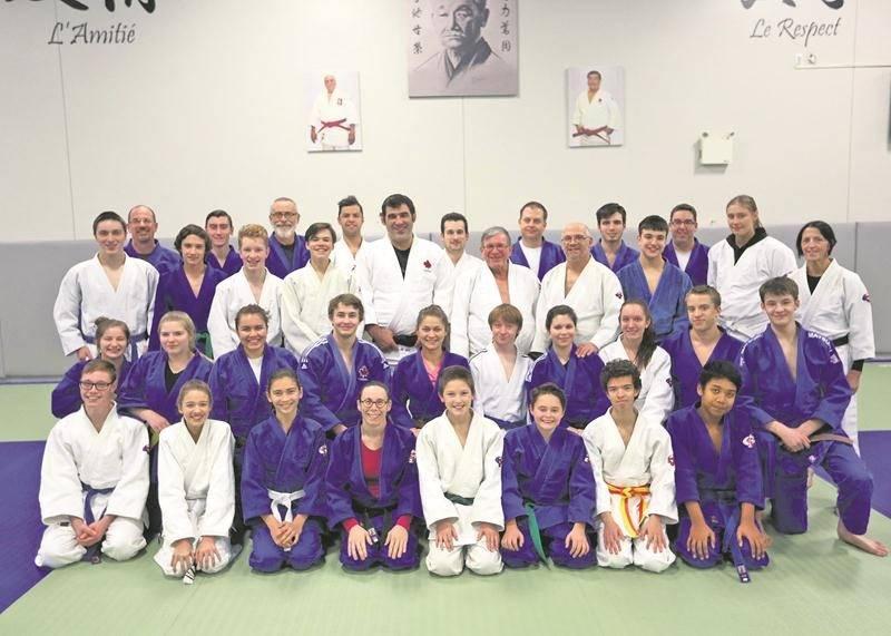 Nicolas Gill (au centre) en compagnie des membres du Club de judo Saint-Hyacinthe.  Photo Robert Gosselin | Le Courrier ©