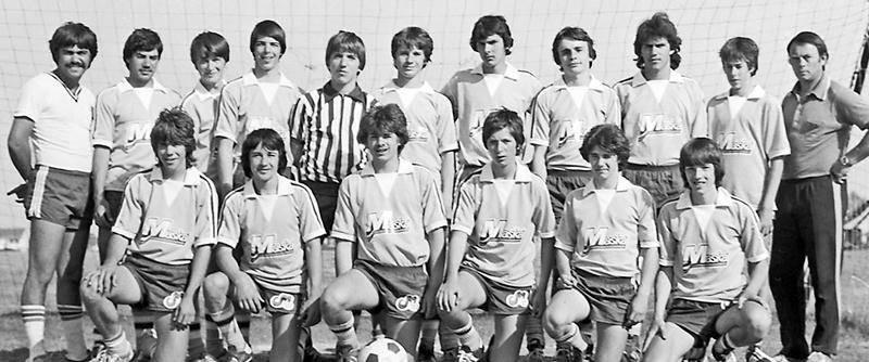 L'équipe Maska midget en 1981 avec les entraîneurs Luc Perrault et Jean-Pierre Le Gall. Photo CHSH – Fonds Raymond Bélanger, photographe