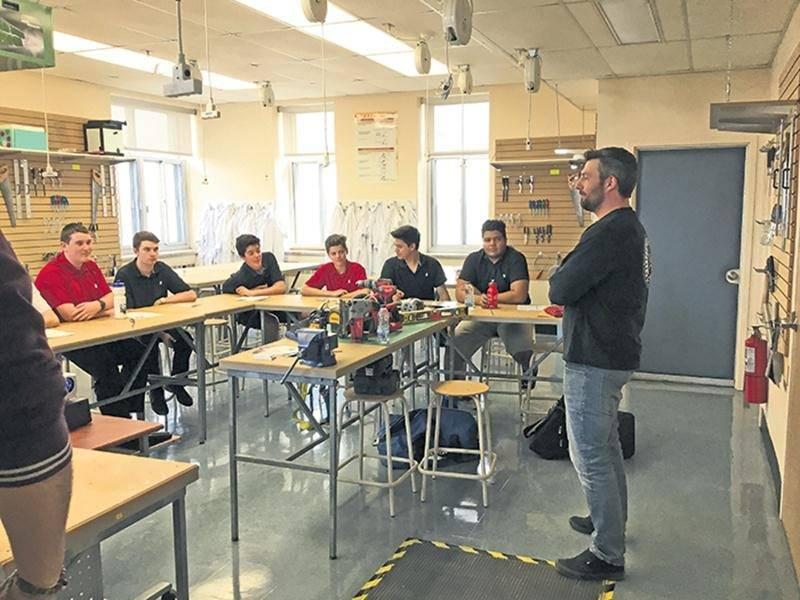 Les élèves de 3e secondaire de l'ÉSSJ ont eu la chance de participer à plusieurs ateliers et conférences entourant différents métiers dans le cadre du Colloque « Clin d'œil sur ton Avenir ».