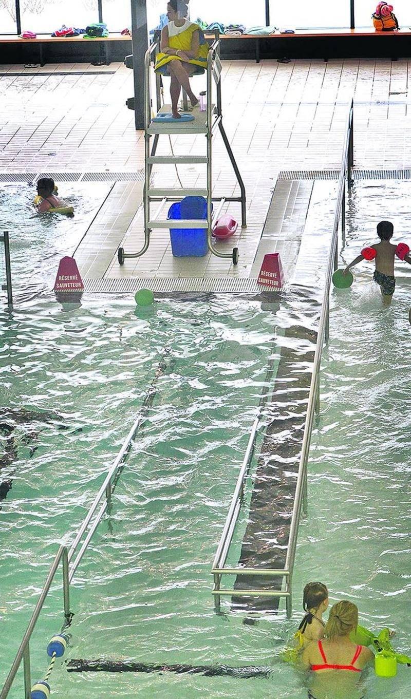 Une rampe destinée aux personnes à mobilité réduite, en partie immergée dans l'un des bassins du Centre aquatique Desjardins, pourrait compromettre la sécurité, selon la RBQ.  Photo François Larivière | Le Courrier ©