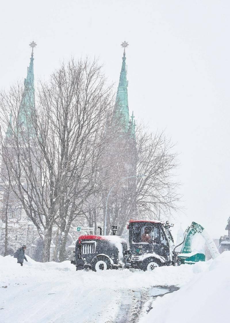 Selon la Ville de Saint-Hyacinthe, il faudra encore deux bonnes journées pour compléter  l'opération déneigement dans les rues et sur les trottoirs. Photo François Larivière - Le Courrier