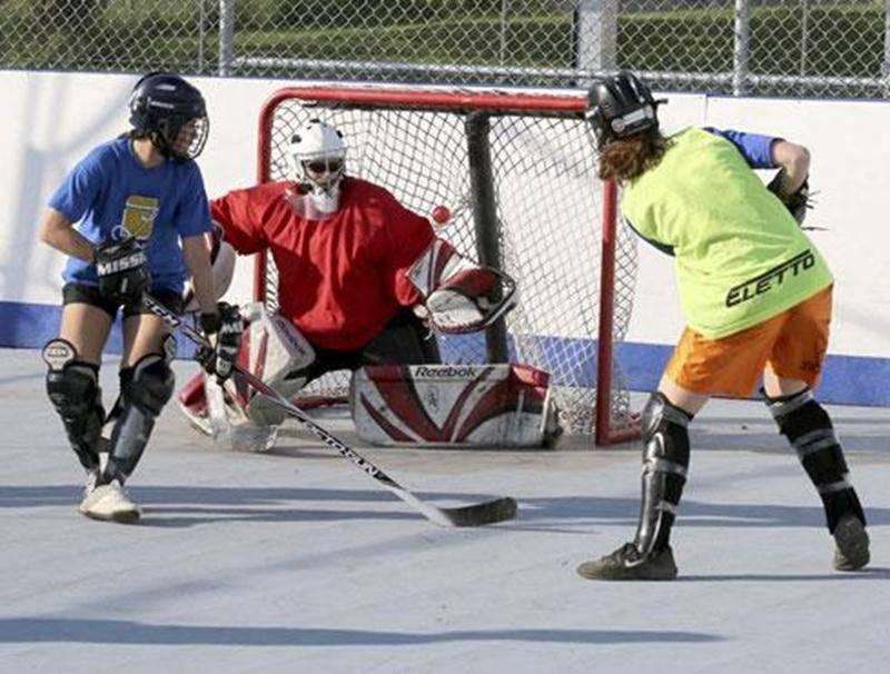 Le dek hockey prend de plus en plus de place dans le paysage sportif en été. Plus de 70 équipes jouent sur l'unique surface aménagée à Saint-Hyacinthe.