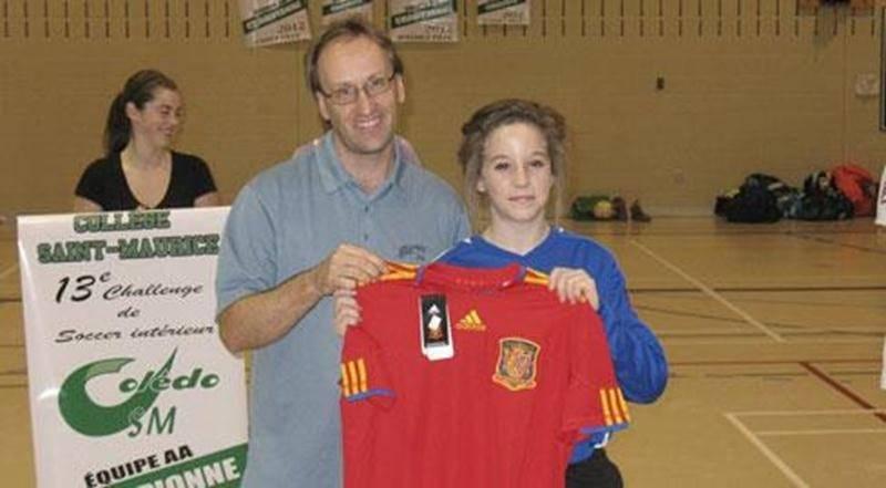 Daniel Patenaude, responsable des sports au Collège Saint-Maurice et organisateur du tournoi, accompagné de la gardienne Mégane Sauvé, de l'école Saint-Joseph, nommée joueuse du tournoi dans sa catégorie d'âge.