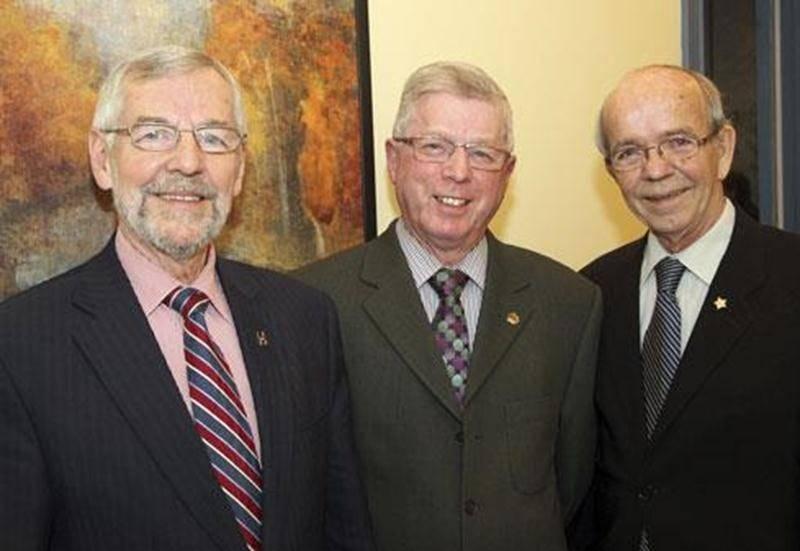 Le maire Claude Bernier aux côtés de Claude Marchesseault, président d'honneur de la campagne de financement, et René Leroux, président du Camp Richelieu.