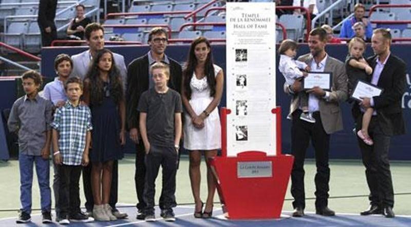 Sébastien Le Blanc a été intronisé au Temple de la renommée de la Coupe Rogers le 5 août sur le court central du Stade Uniprix. On le voit à gauche entouré de ses quatre enfants, venus lui remettre une plaque lors de la cérémonie.