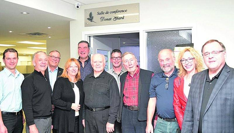 Cette photo a été prise lors du dévoilement officiel de l'appellation de la salle de conférence de La Coop Comax. M. Giard pose en compagnie de membres de sa famille, des administrateurs, des membres du comité de direction ainsi que des employés de la Coop.