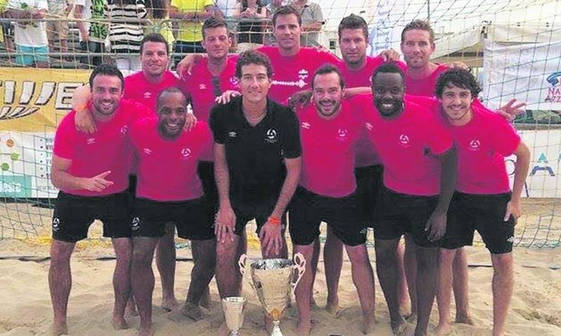 L'équipe canadienne de beach soccer après sa victoire pour la troisième place à Vieste, en Italie. Photo Facebook
