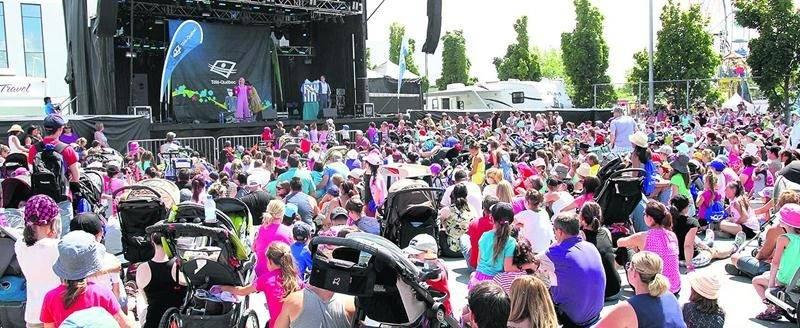 Pour le bonheur des enfants, les personnages de la populaire émission télévisée Toc Toc Toc étaient sur la scène de l'Expo-bar à l'occasion de la journée Télé-Québec. Photo Robert Gosselin   Le Courrier ©