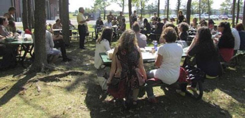 C'est le 13 septembre que se déroulait l'activité de la rentrée communautaire au parc Les Salines. En tout, une cinquantaine de personnes de différents organismes se sont rassemblées pour souligner la rentrée, mais aussi le quinzième anniversaire de la Corporation de développement communautaire des Maskoutains. La mission de la CDC est d'assurer la participation active du mouvement communautaire au développement socioéconomique de son milieu.