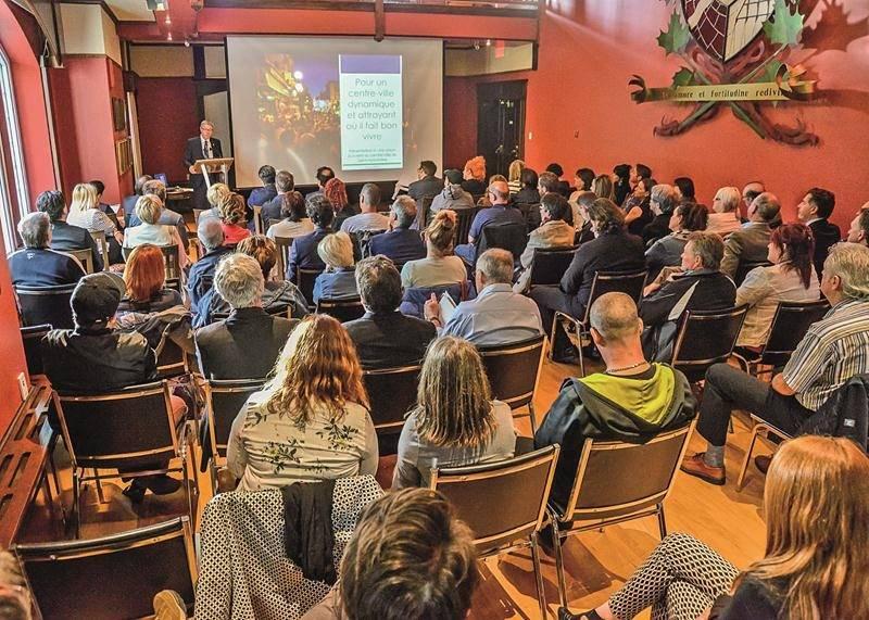 La soirée d'information et de consultation sur l'avenir du centre-ville et précisément sur le projet de Réseau Sélection a fait salle comble mardi à l'hôtel de ville. Photo François Larivière | Le Courrier ©
