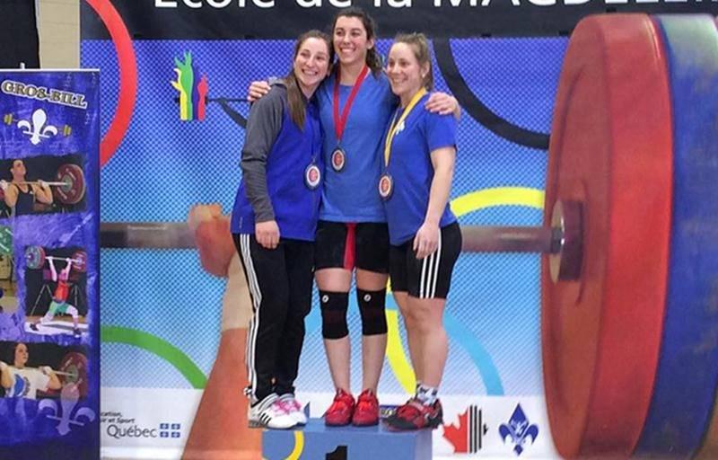 La Machine Rouge a balayé le podium chez les 58 kg. Sur la photo, on retrouve   Caroline Lamarche-McClure (2e), Tali Darsigny (1re) et Rachel Leblanc-Bazinet (3e).    Photo Facebook