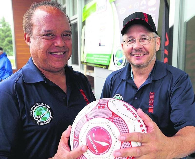 Le fondateur du Tournoi national de soccer de Saint-Hyacinthe, Ralph Gabriel (à gauche), assurait la présidence d'honneur de la 25e édition. Photo Robert Gosselin | Le Courrier ©