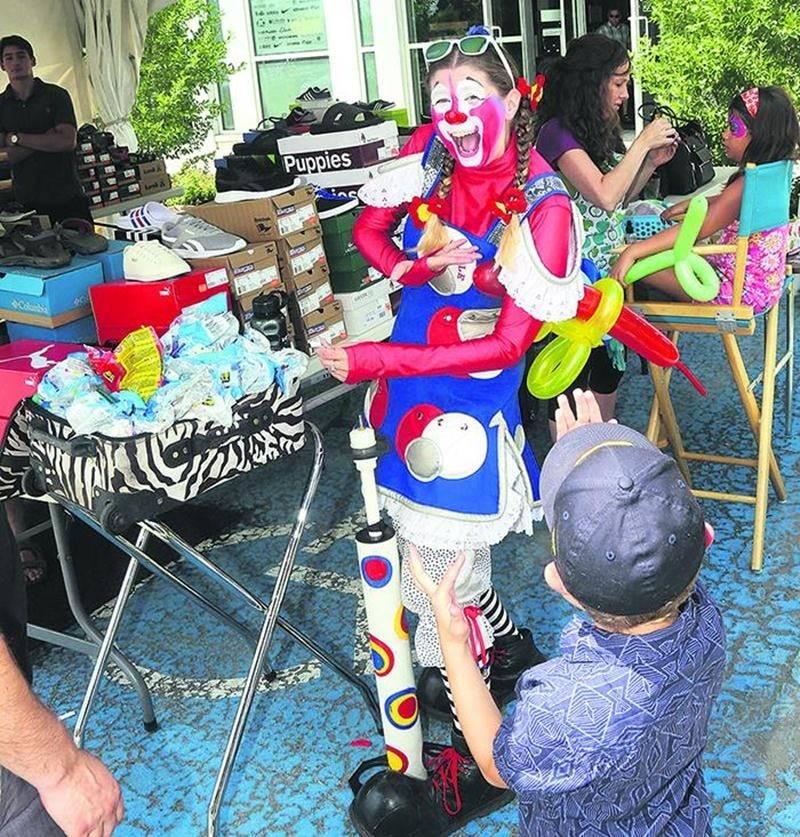 Au M Rendez-vous Marchands, la clownette Virgule Majuscule offrait aux enfants des sculptures de ballons. Photo Robert Gosselin   Le Courrier ©