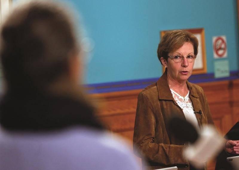 La conseillère du district Cascades, Sylvie Adam, au cours de la séance du conseil de lundi, alors qu'elle s'adressait à Andrée Rochon, du comité Logemen'mêle.  Photo Robert Gosselin | Le Courrier ©