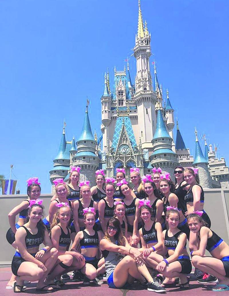 L'équipe Perfect Dream de ProCheer devant le château de Disney World. Photo Courtoisie