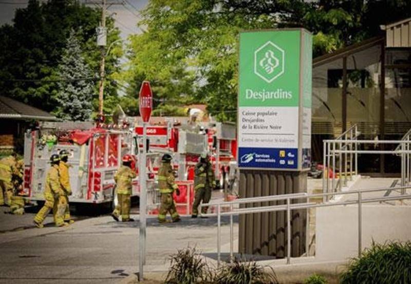 Un bris du système de ventilation a causé un petit incendie à la Caisse Desjardins de Saint-Valérien-de-Milton samedi. Plusieurs pompiers, dont ceux de Saint-Valérien, de Saint-Pie, d'Upton et Saint-Dominique, ont combattu les flammes. C'est une cliente désirant effectuer un retrait au guichet qui a remarqué la présence de fumée à l'intérieur de la caisse et qui a alerté les pompiers. Les dommages se sont limités principalement au système de ventilation. Les sapeurs ont été forcés d'entrer par e